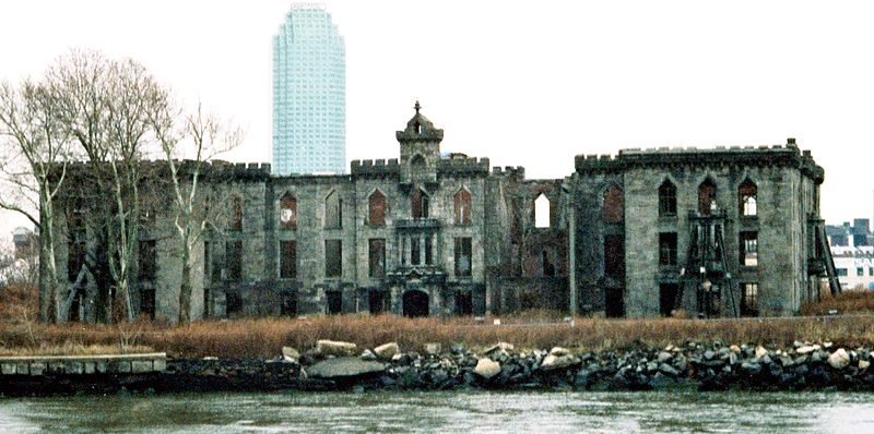 Riveted - New-York-City,-Roosevelt-Island,-Smallpox-Hospital,-Eingangsfront-(1996)_crop